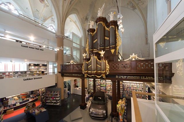 Church-Transformed-into-Bookstore-2-640x427