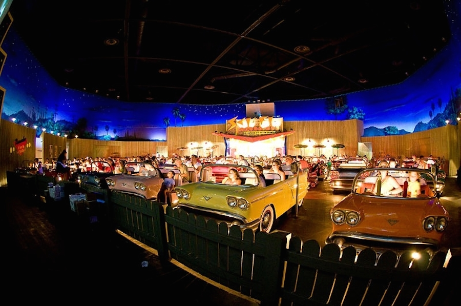 sci-fi-restaurant-disney-voiture-retro-2