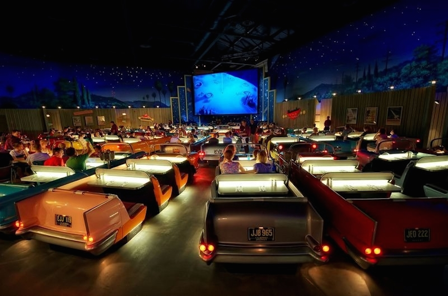 sci-fi-restaurant-disney-voiture-retro-4